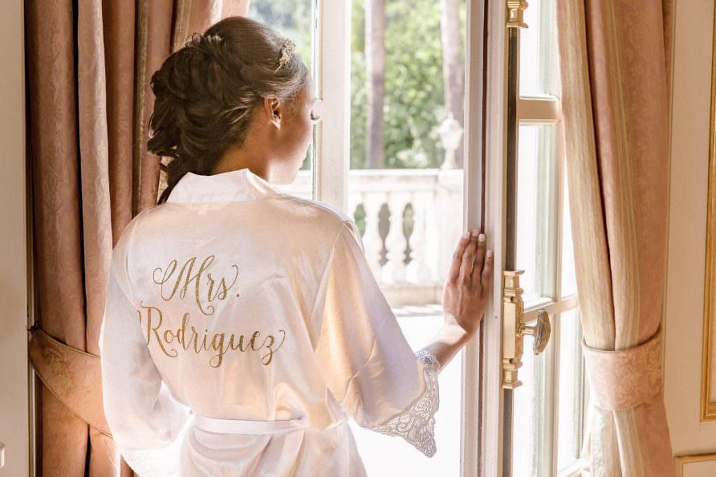 Préparatif de la mariée avec peignoir personnalisé- Alliance rêvée