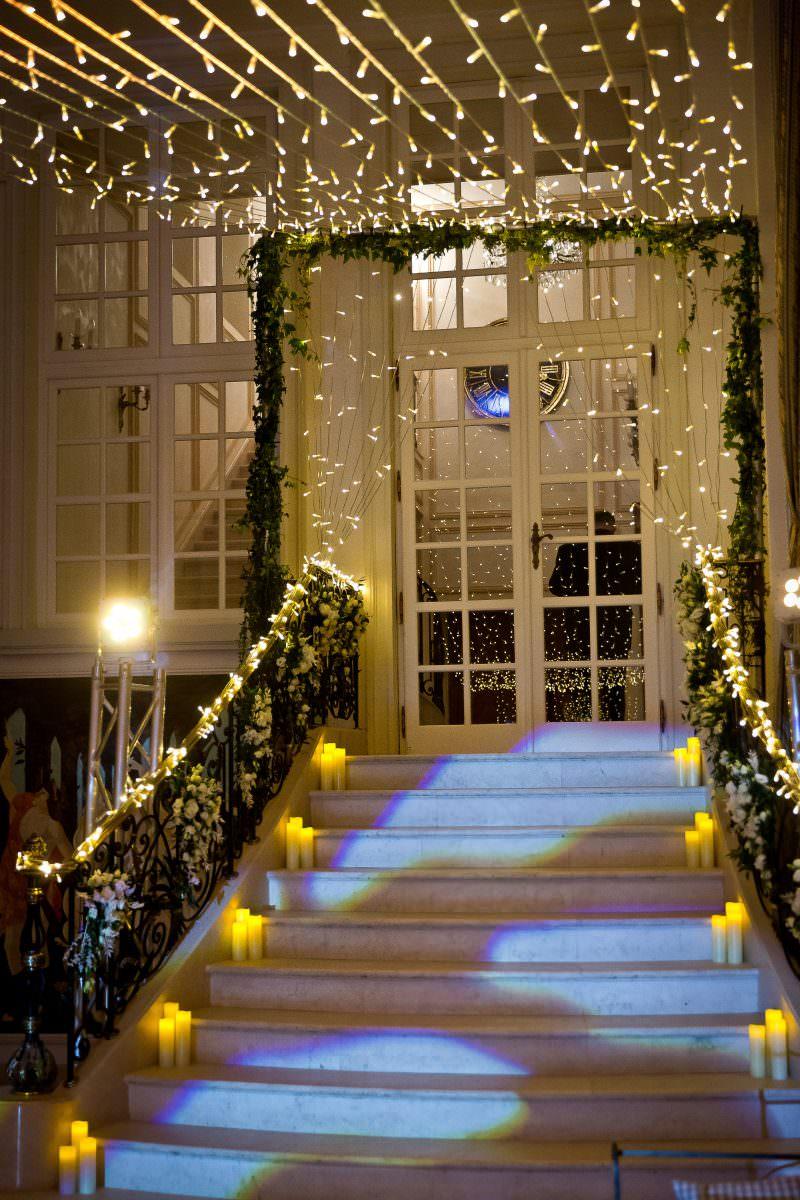 Ciel étoilé et décoration escalier avec bougies et fleurs sur la rambarde- Alliance rêvée