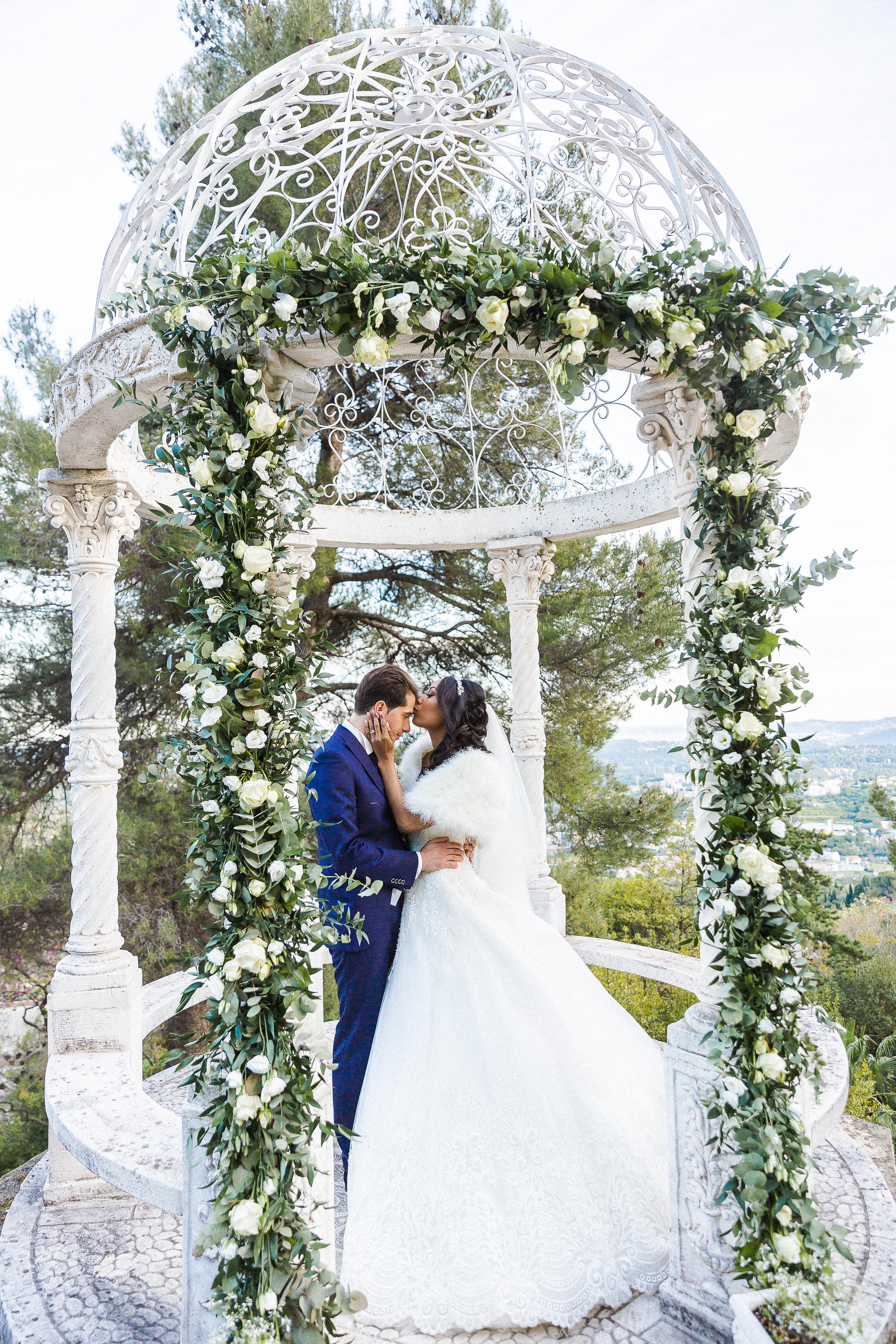 Photo de couple- Mariage dans un château de la Côte d'Azur - Alliance rêvée