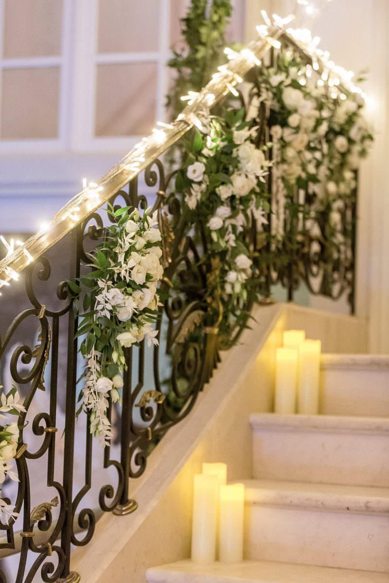 Décoration escalier avec fleurs, guirlande de lumière et bougies- Alliance rêvée