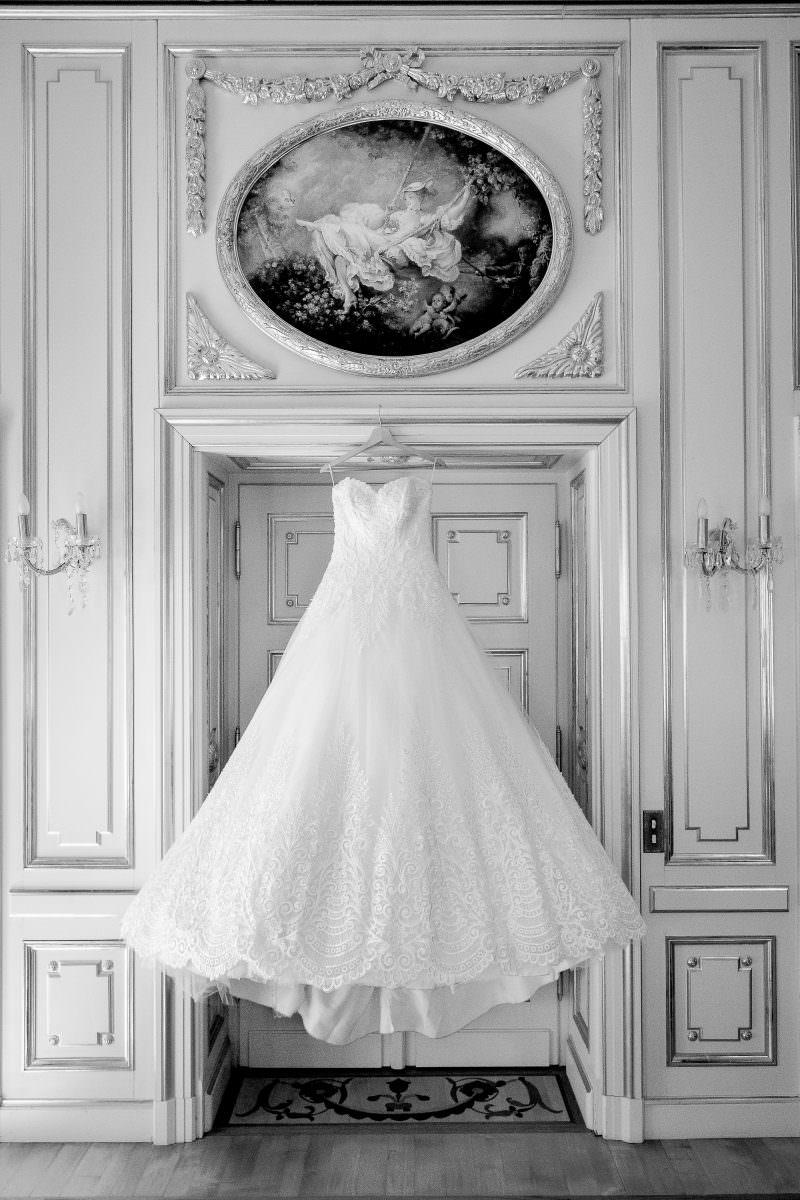 Robe de mariée princesse suspendu dans chambre du château