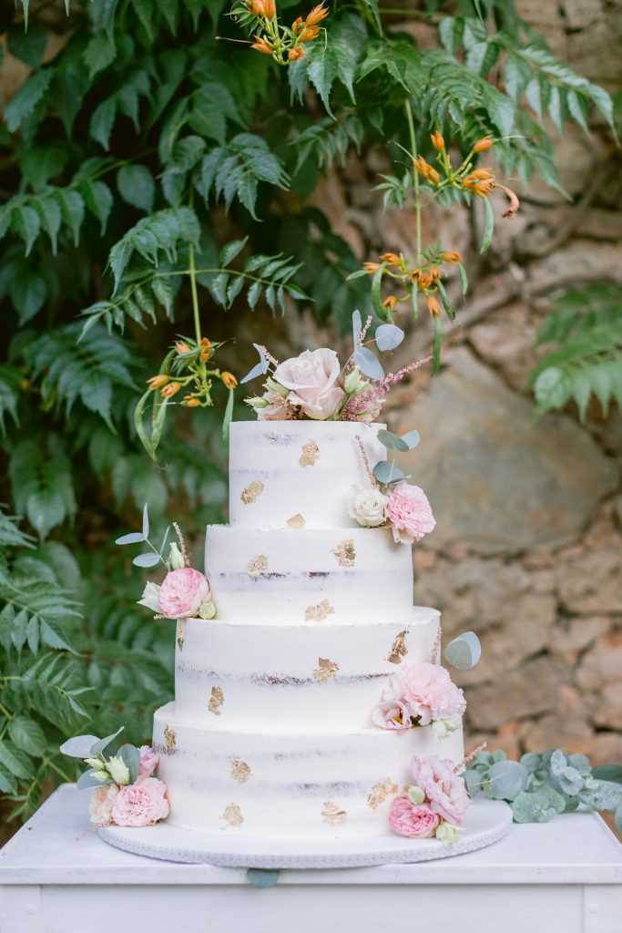 Wedding naked cake flowery and touch of gilding