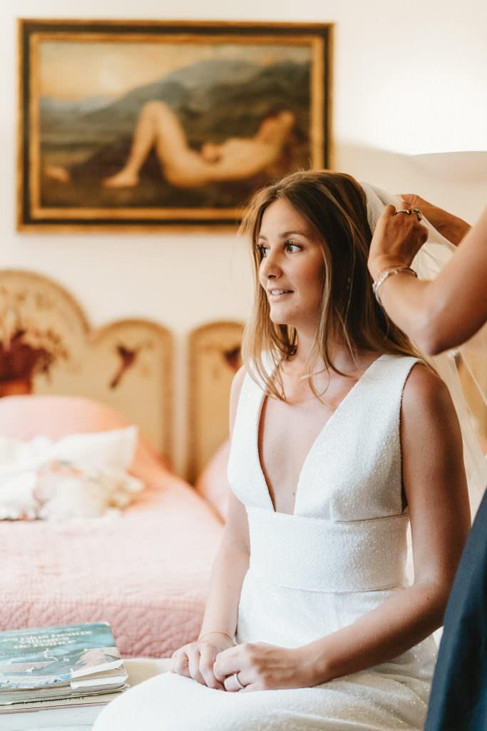 Mise en place du voile de la mariée
