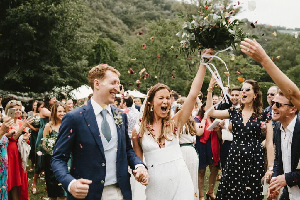 Sortis de cérémonie sous une pluie de pétales - Mariage végétal - Alliance Rêvée