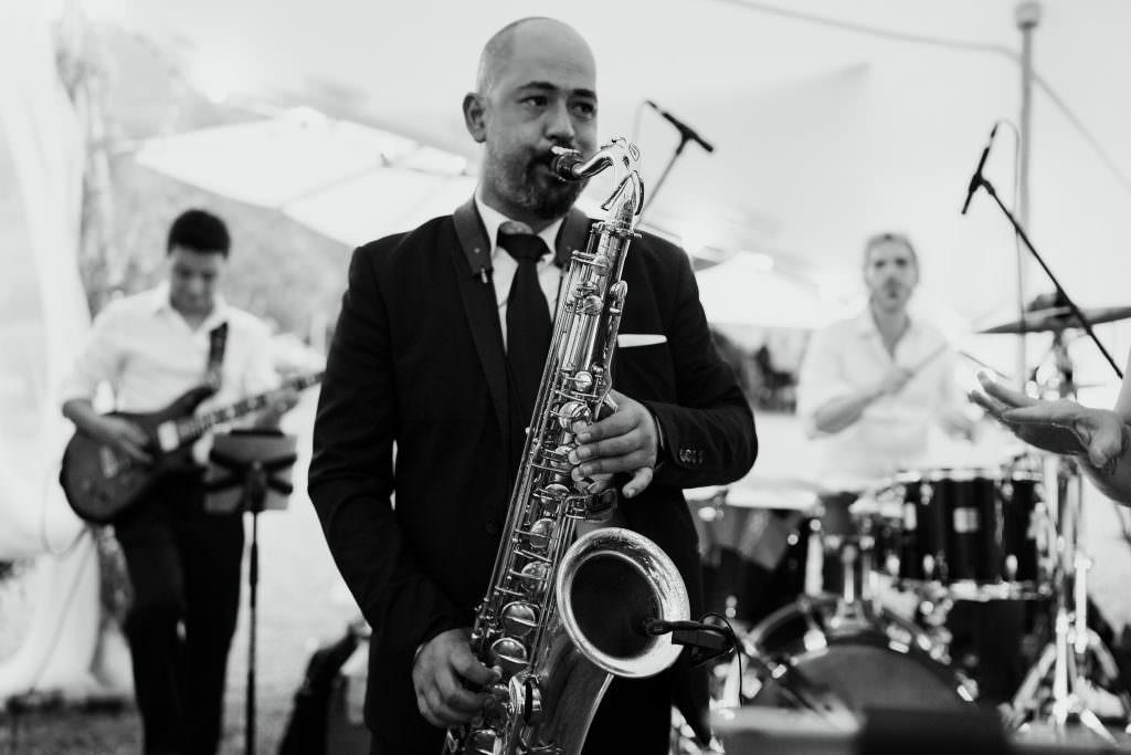 Saxophoniste. Groupe de musiciens live