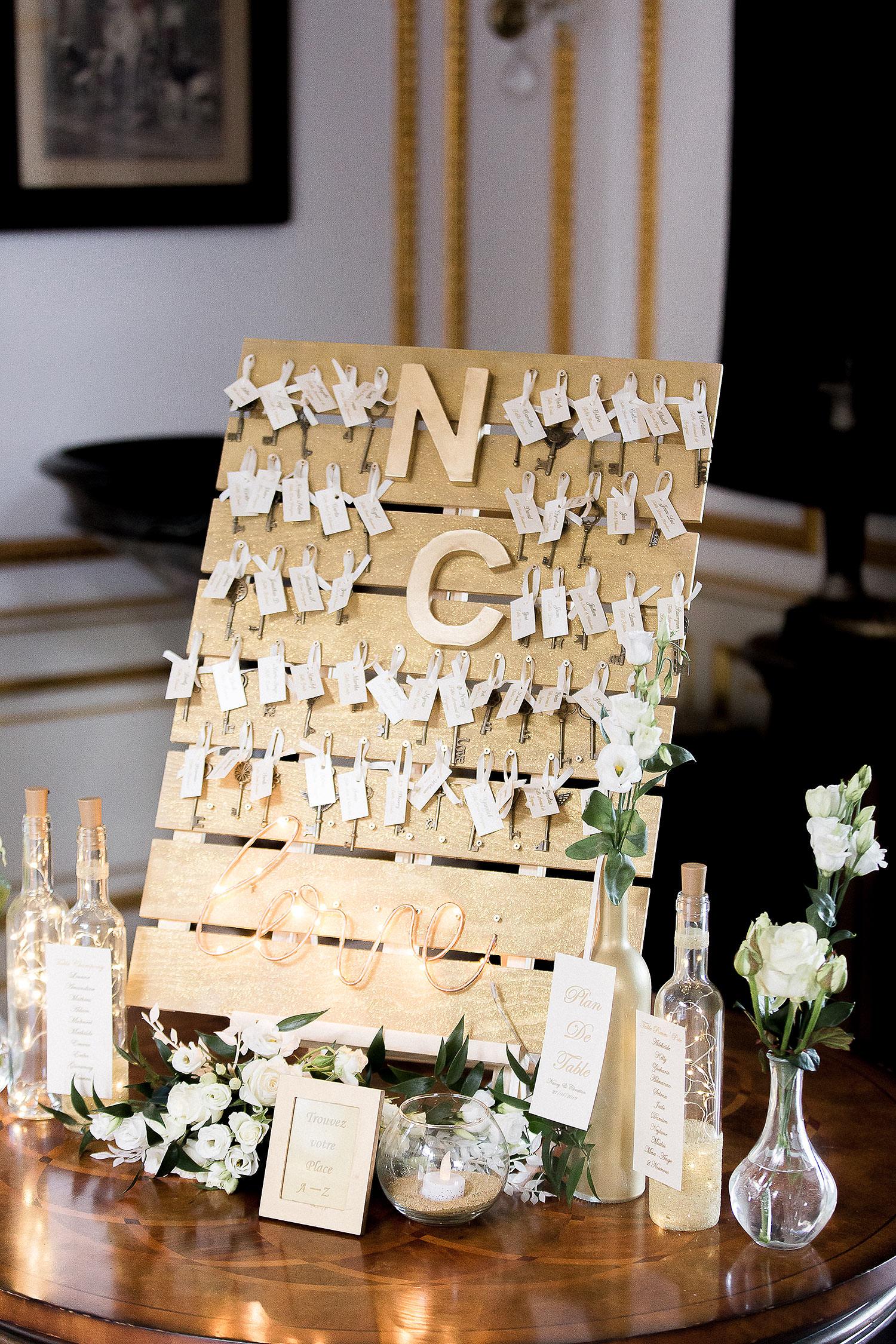 Plan de table sur bouteille de vin lumineuse - Alliance rêvée
