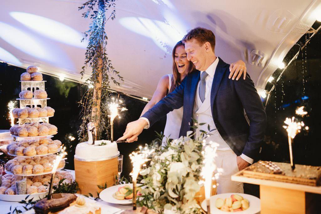 Mariés coupant leur gâteau