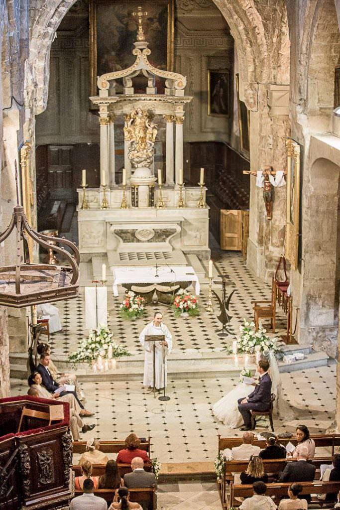 Décoration église avec compositions florales blanches et bougies- Alliance Rêvée