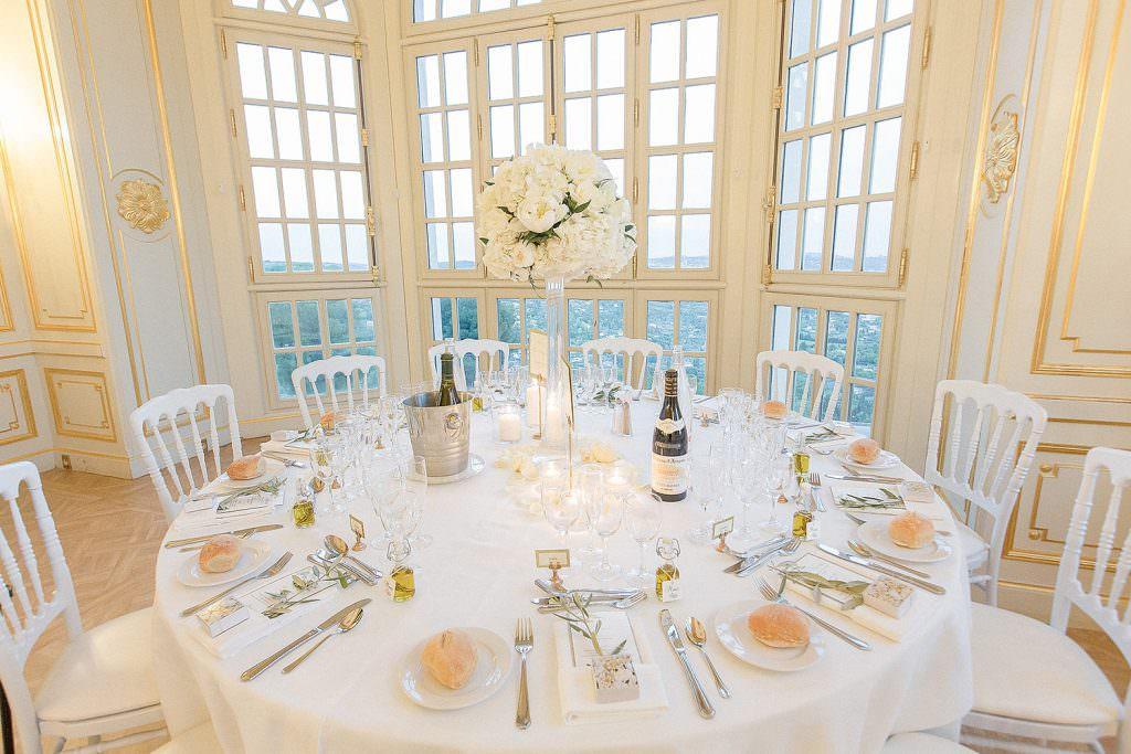 Décoration table ronde mariage dans un château de la côte d'Azur