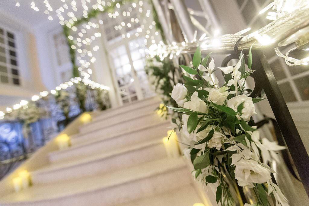 Décoration florale et lumineuse d un escalier de mariage- Alliance Rêvée