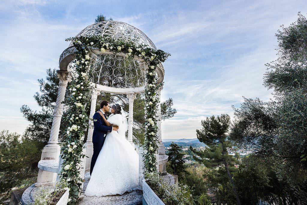 Photo de mariage dans une belle rotonde romantique-Alliance rêvée