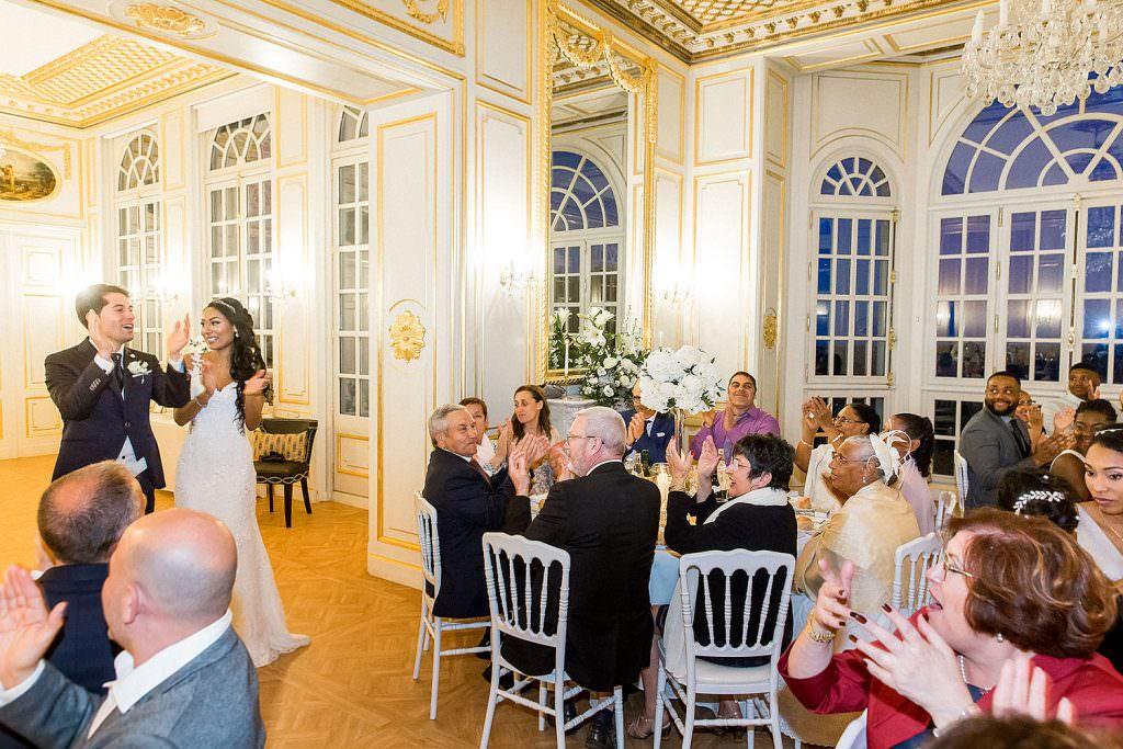 Entrée des mariés dans leur salle de réception d'un château de la côte d Azur- Alliance Rêvée