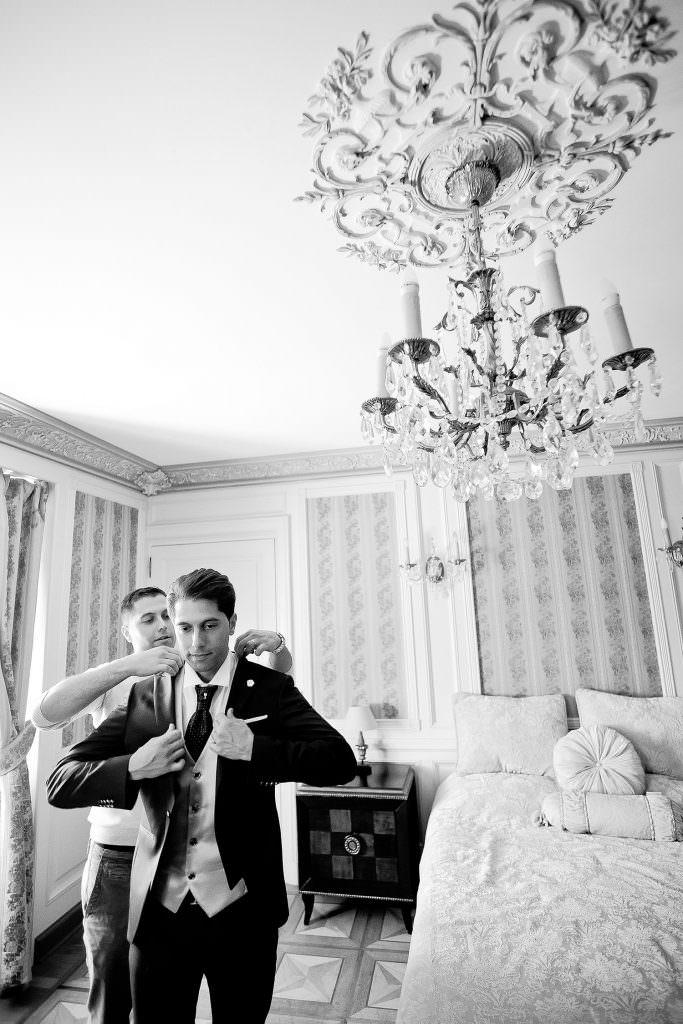 Habillage du marié dans un château de la côte d'Azur- Alliance Rêvée