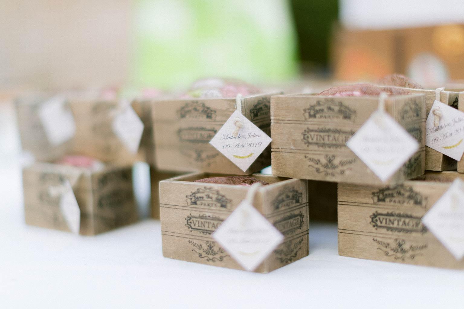 Contenant à dragées dans caisse en bois