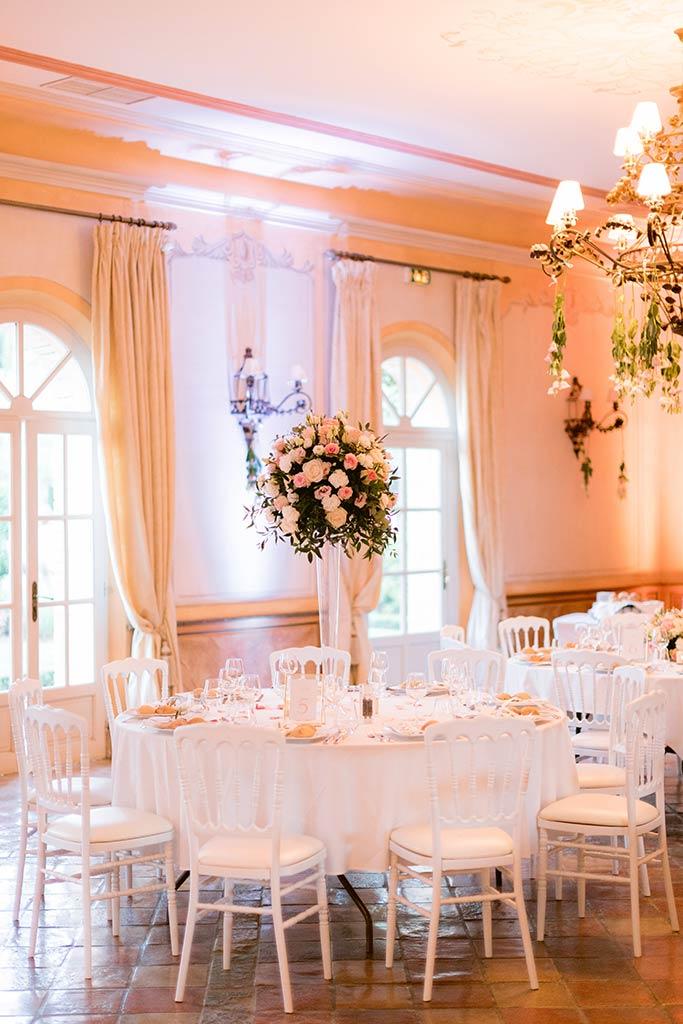 Centre de table haut avec somptueuse composition florale