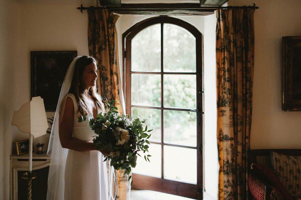 Bride and her greenery bridal bouquet - Alliance Rêvée
