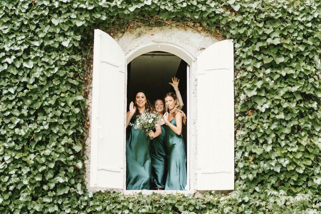 Demoiselle d'honneur à la fenêtre - Mariage végétal dans une propriété privée - Alliance Rêvée