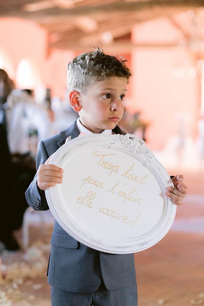 Petit garçon portant un pancarte