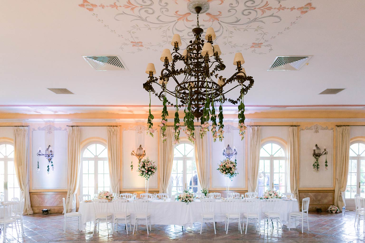 Main table Romantic and flowery decoration - Destination wedding between the French Riviera and Provence