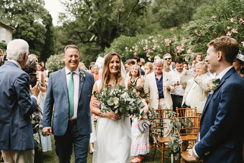 Entrée de la mariée au bras de son papa- Cérémonie mariage végétal - Alliance Rêvée