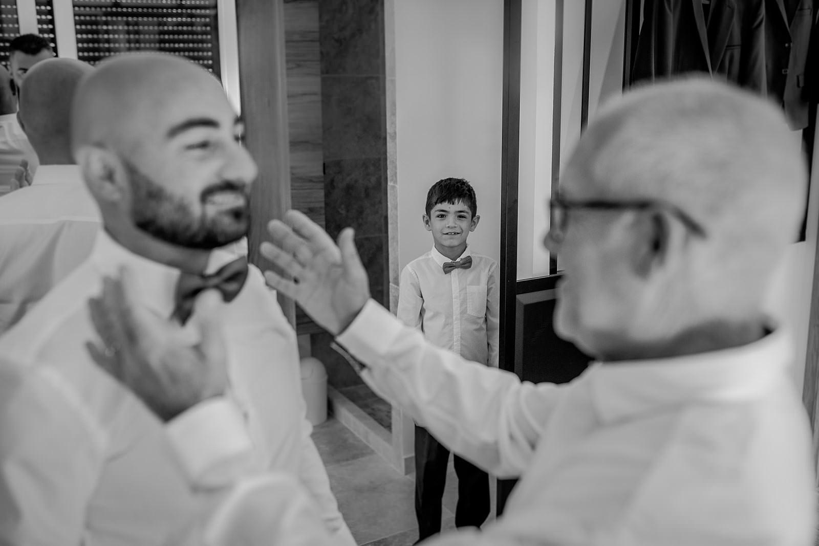 Préparatif du marié et son père